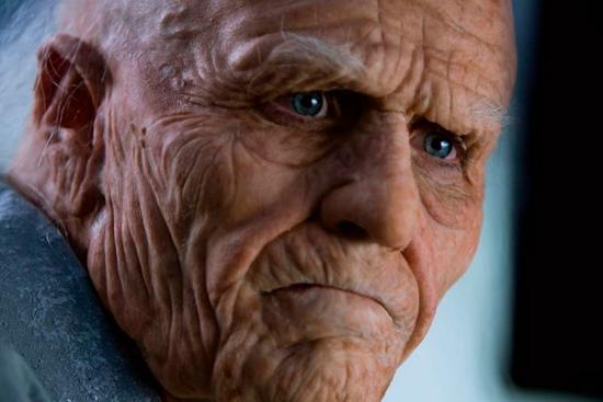 Пожилой человек никого не узнает