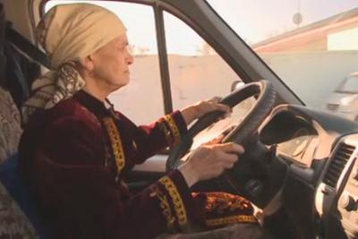 Пожилая водитель грузовика
