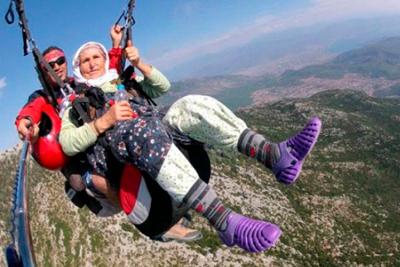 Катание бабушки на парашюте