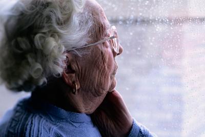Болезнь Альцгеймера развивается у пожилых людей